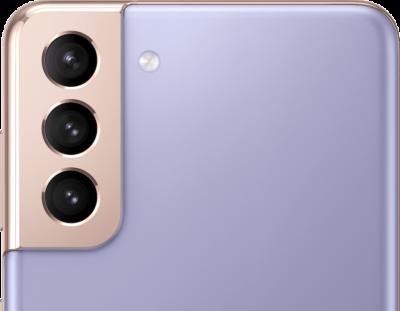 A hátulról látható Galaxy S21 Plus 5G telefonon a 12 megapixeles ultraszéles látószögű kamera, a 12 megapixeles széles látószögű kamera és a 64 megapixeles telefotó feliratai olvashatók.