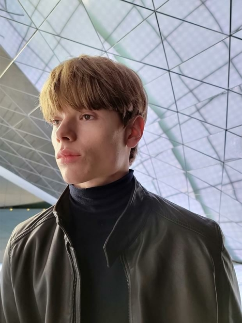 Bőrkabátot viselő férfi, a Galaxy S21 Ultra 5G portré módjával lefényképezve.
