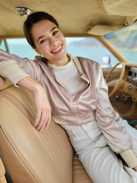 Egy nő a vezetőülésben ülve, Portré módban felvéve, elmosódás effektussal.