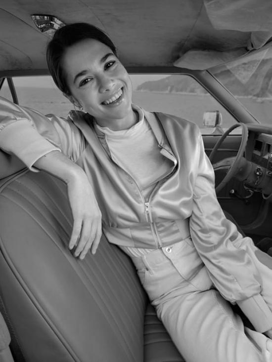 Egy nő a vezetőülésben ülve, Portré módban felvéve, monó Low-Key effektussal.