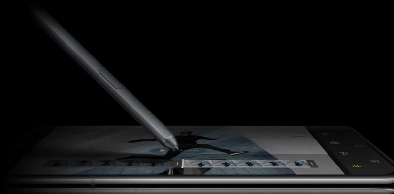 S Pen oldalról nézve, amelyet Galaxy S21 Ultra 5G készüléken használnak, a telefon képernyőjén a videószerkesztő grafikus felhasználói felülete látható.