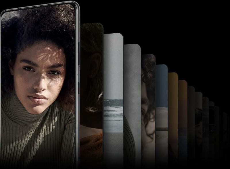 A Galaxy S21 Ultra 5G elölről nézve, a képernyőn egy kamerába bámuló nő képével. Különböző képekből álló galéria látható mögötte a hatalmas tárhely szemléltetése érdekében.
